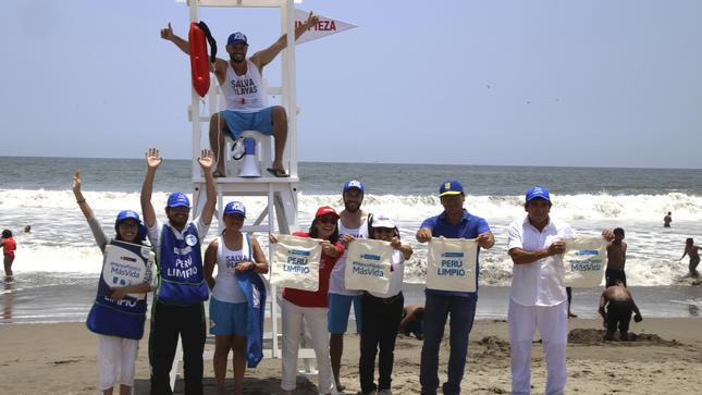 """Veraneantes y comerciantes se convierten en """"SalvaPlayas"""", comprometiéndose a mantener las playas limpias"""