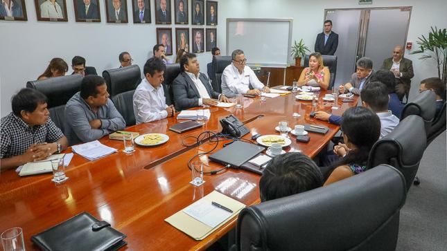 Ministra Rocío Barrios se reunió con los gremios de pescadores para analizar la aplicación de los nuevos derechos de pesca