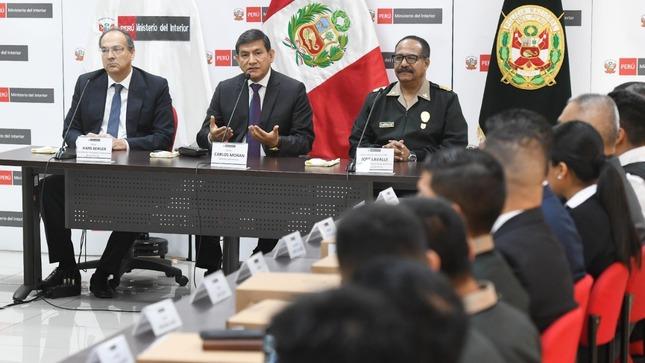 Ministro Morán reconoce por sexta vez a policías por acciones destacadas