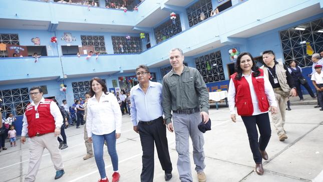 Jefe de Gabinete Ministerial supervisa servicio alimentario escolar en institución educativa en Loreto