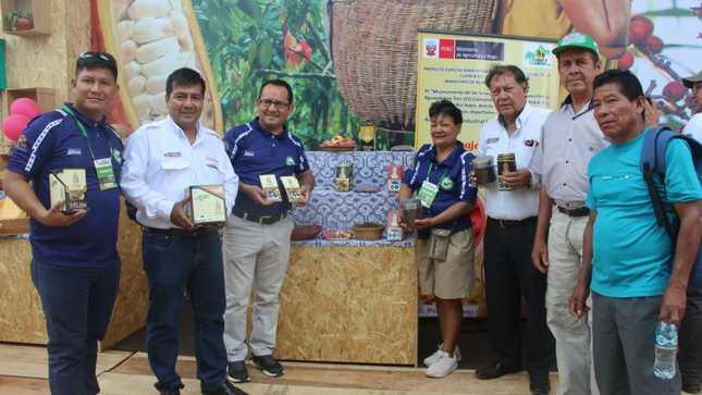Expo Amazónica: Productores de la Cooperativa Luz de la Esperanza y la Asociación Agroindustrial Comunidades Unidas del Napo promocionan sus productos.