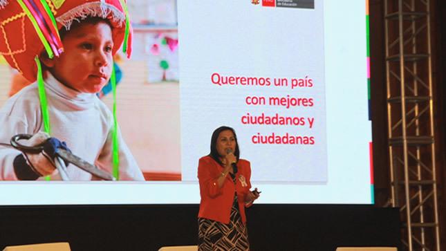 """""""Debemos tener una nueva generación de maestros"""", afirma ministra Flor Pablo"""
