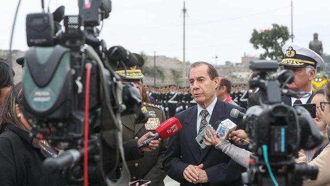 Ministro de Defensa: Aeronaves de las Fuerzas Armadas apoyarán a peruanos en Chile si es necesario