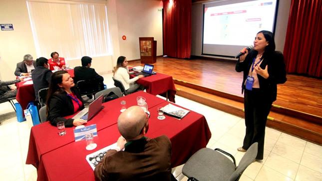 """""""No basta con cambiar la tecnología, hay que cambiar la cultura de la escuela"""", afirma ministra Flor Pablo"""