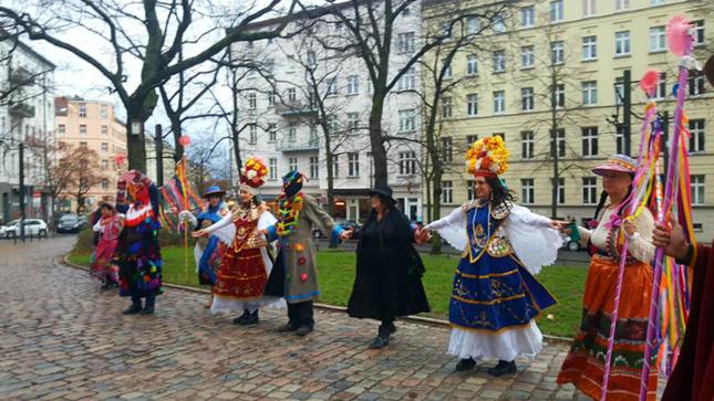 Presentan pasacalle andino en Berlín con motivo de las fiestas navideñas