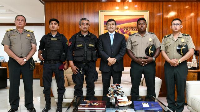 Ministro Morán reconoce labor de policías por acciones destacadas durante esta semana