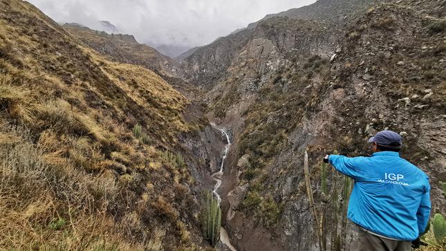 IGP instala cámara para monitorear el descenso de lahares en el valle de Ubinas