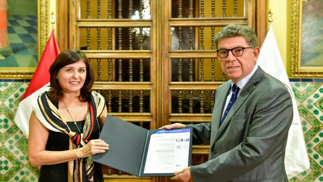 Ceremonia de entrega de la Certificación ISO 9001 a la Oficina de Capacitación de Personal
