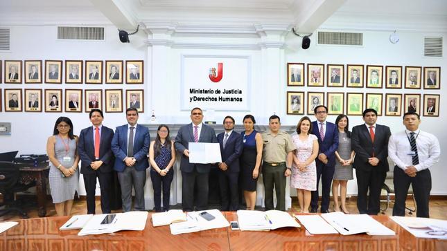 Ministro Fernando Castañeda se compromete a impulsar anteproyecto de ley para prevenir y sancionar crímenes internacionales