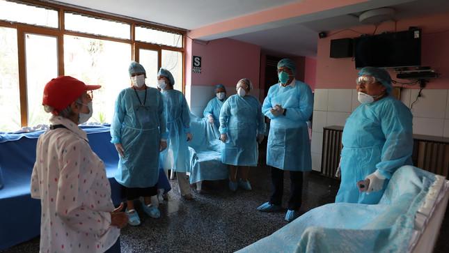 """Titular de la PCM coordina medidas de atención para adultos mayores del """"Hogar Canevaro"""" ante COVID-19"""