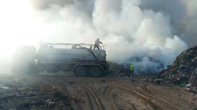 El OEFA supervisa incendio en el botadero Alto Intiorko en Tacna