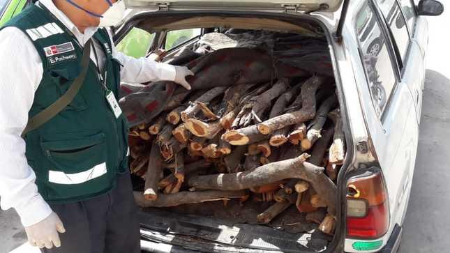 En Piura intervienen dos vehículos que transportaban leña y carbón vegetal ilegal